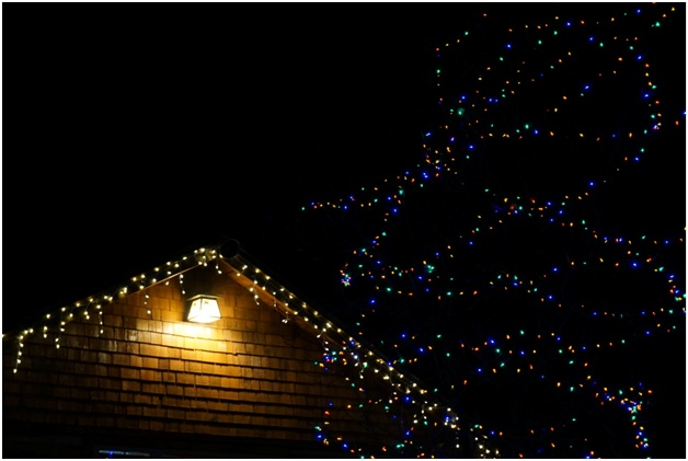5 Reasons Why You Should Hire a Licensed Electrician before Setting up Your Christmas Lights